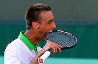 25-05-11, Tennis, France, Paris, Roland Garros, Thomas Schoorel neemt uit frustratie een hap uit zijn racket