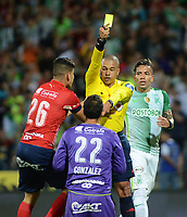 MEDELLÍN -COLOMBIA-28-05-2017: Adrian Velez, árbitro, muestra la tarjeta amarilla a David Gonzalez, arquero del Medellín, durante el encuentro entre Independiente Medellín y Atletico Nacional por la fecha 20 de la Liga Águila I 2017 jugado en el estadio Atanasio Girardot de la ciudad de Medellín. / Adrian Velez, referee, shows the yellow card to David Gonzalez, goalkeeper of Medellin, during the match between Independiente Medellin and Atletico Nacional for date 20 of the Aguila League I 2017 at Atanasio Girardot stadium in Medellin city. Photo: VizzorImage/ León Monsalve / Cont