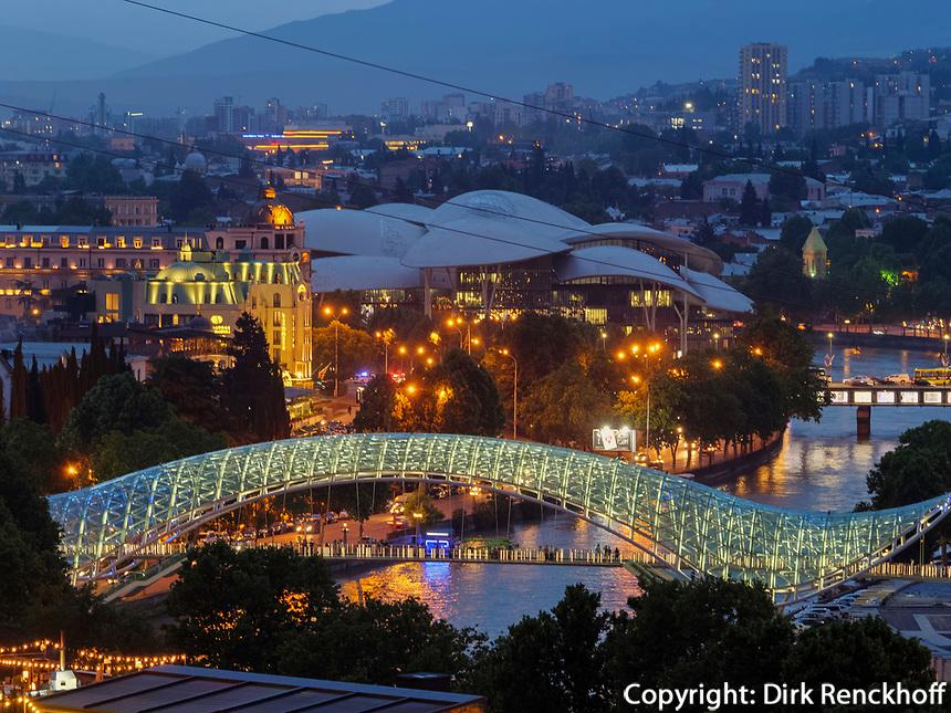 Fluss Kura-Mtkwari mit Servicecenter und Friedensbrücke,  Tiflis – Tbilissi, Georgien, Europa<br /> River Kura-Mtkwari, Service center and bridge of peace, Tbilisi, Georgia, Europe