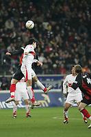 Serda Tasci (VfB Stuttgart) im Kopfballduell mit Ioannis Amanatidis (Eintracht Frankfurt)