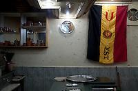 Tunisi, bar con insegna della locale squadra di calcio Tunis, bar avec insigne de l'équipe de football locale Tunis, bar with insignia of the local football team