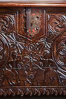 Europe/France/Aquitaine/64/Pyrénées-Atlantiques/Pays-Basque/Bayonne: Musée Basque - Détail coffre en chêne - Motif décoratif de cavaliers affontés souflant dans une trompe, typiquement basque espagnol