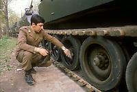 - Horse Artillery regiment, tracks control  on a M 109 self-propelled gun ....- reggimento artiglieria a cavallo, controllo dei cingoli di un cannone semovente M 109