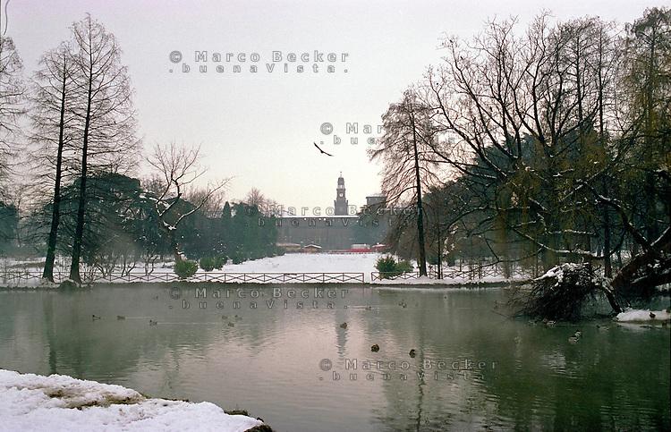 Gennaio 2009, nevicata su Milano. Il laghetto al Parco Sempione e il Castello Sforzesco sullo sfondo --- January 2009, snowfall in Milan. The pond at Sempione Park and the Sforza Castle on the background