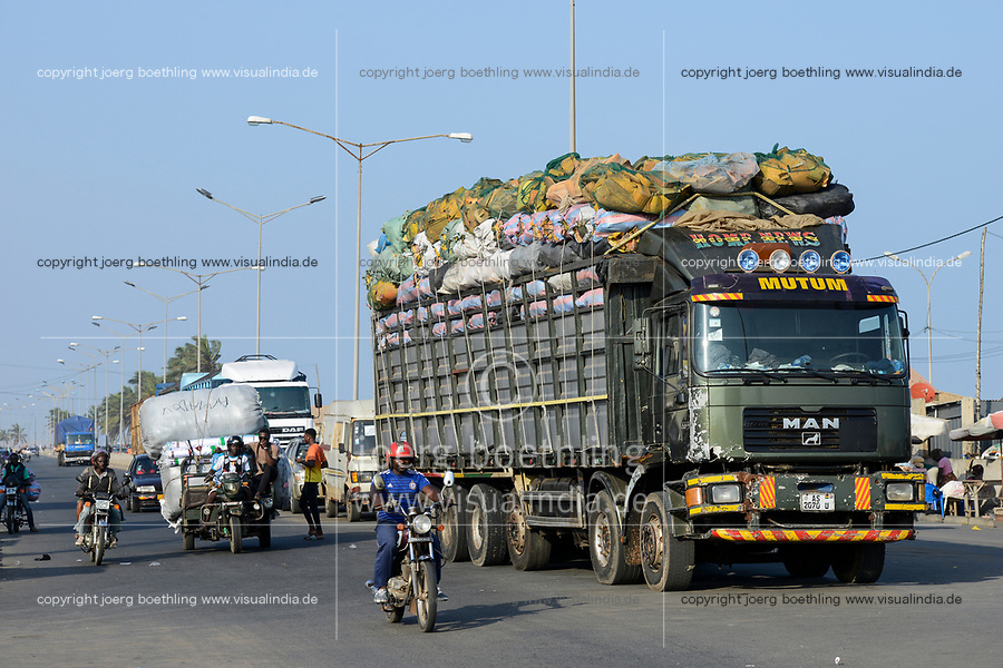 TOGO, Lome, Boulevard du Mono, frontier station to Ghana, truck and chinese Apsonic three-wheeler transport goods to border of Ghana / Warentransport zum Grenzuebergang zu Ghana