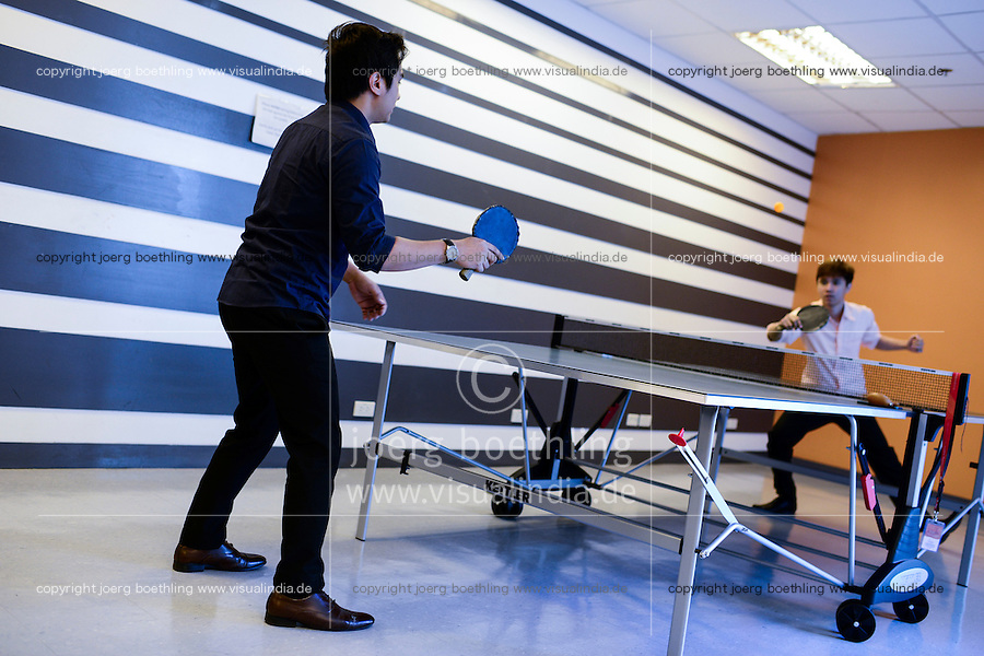PHILIPPINES, Manila, KPO Knowledge Process Outsorcing, callcenter von Global Learning working for australian clients, agents have a break and play table tennis  / PHILIPPINEN, Manila, KPO Knowledge Process Outsorcing, callcenter von Global Learning arbeitet fuer australische Kunden, Sport und Pausenraum fuer Arbeiter