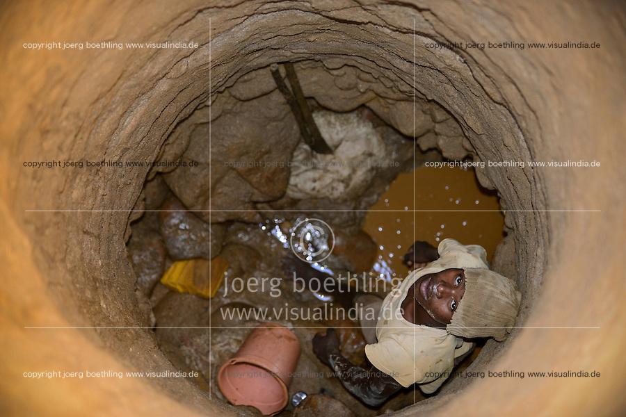 MADAGASCAR, region Manajary, town Vohilava, small scale gold mining / MADAGASKAR Mananjary, Vohilava, kleingewerblicher Goldabbau, Goldsucher foerdern Steine uind Sand aus einem Stollen, die am Fluss nach Gold gewaschen werden