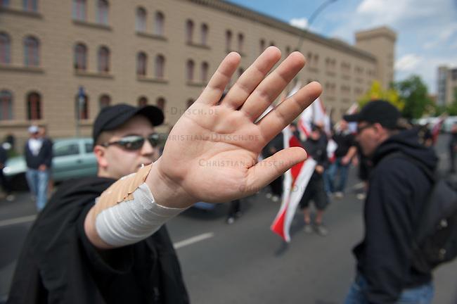 """Etwa 70 bis 80 Neonazis von den Autonomen Nationalisten und der NPD versuchten am Samstag den 14. Mai 2011 in Berlin Kreuzberg eine Demonstration unter dem Motto """"Wahrheit macht frei"""" zu veranstalten. Zu der Demonstration waren Neonazis aus Niedersachsen, Brandenburg und Nordrhein Westfalen angereist. Die Demonstration und die Demonstrationsroute wurde in Zusammenarbeit mit der Polizei geheim vorbereitet. Dennoch gelang es mehr als 1500 Menschen die Domstration mit Blockaden zu verhindern. Die Neonazis wurden von der Polizei in die U-Bahn geleitet, wo sie unter den Augen der Polizei Auslaender verpruegeln konnten.<br /> Im Bild: Ein Neonazi versucht Fotoaufnahmen von der Demonstration zu verhindern.<br /> 14.5.2011, Berlin<br /> Foto: Christian-Ditsch.de<br /> [Inhaltsveraendernde Manipulation des Fotos nur nach ausdruecklicher Genehmigung des Fotografen. Vereinbarungen ueber Abtretung von Persoenlichkeitsrechten/Model Release der abgebildeten Person/Personen liegen nicht vor. NO MODEL RELEASE! Don't publish without copyright Christian-Ditsch.de, Veroeffentlichung nur mit Fotografennennung, sowie gegen Honorar, MwSt. und Beleg. Konto:, I N G - D i B a, IBAN DE58500105175400192269, BIC INGDDEFFXXX, Kontakt: post@christian-ditsch.de]"""