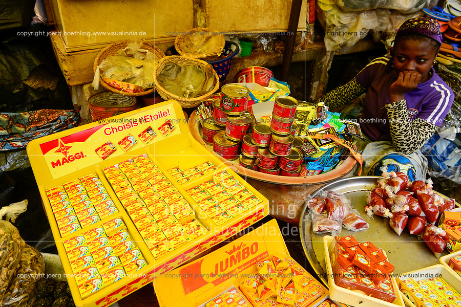 BURKINA FASO, Bobo Dioulasso, Grande MARCHE, market, selling of Nestle product Maggi and canned tomato paste / Grosser Markt, Verkauf von Maggi Bruehwuerfeln und Tomatenmark