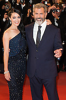 MEL GIBSON ET SA COMPAGNE ROSALIND ROSS - CANNES 2016 - MONTEE DU FILM 'BLOOD FATHER'
