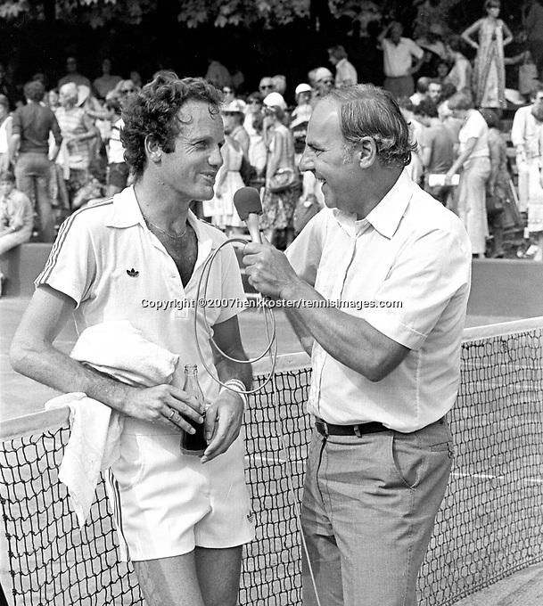 1978,Netherlands, Dutch Open Tennis, Melkhuisje, Tom Okker (NED) is being interviewd by Willem Duijs
