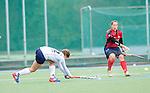 MANNHEIM, DEUTSCHLAND, OKTOBER 06: Sonntagsspiel am 5. Spielwochenende in der Feldhockey 1. Bundesliga der Damen in der Saison 2013/2014. Begegnung zwischen dem Mannheimer HC (weiss) und Klipper Hamburg (rot) am 06. Oktober, 2013 in Mannheim, Deutschland. Endstand 5-1. (Photo by Dirk Markgraf/www.265-images.com)<br /> *** Local caption *** #11 Katharina Weidenhöfer vom Klipper THC Hamburg