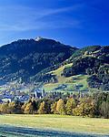 Austria, Tyrol, Kitzbuehel: famous international wintersport resort at the foot of Hahnenkamm mountain | Oesterreich, Tirol, Kitzbuehel am Fuße des Hahnenkammes: international bekannter Wintersportort in den Kitzbueheler Alpen und Austragungsort des Hahnenkammrennens mit dem gefaehrlichsten Ski-Alpin Abfahrtslauf auf der Streif