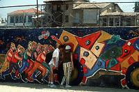 Touristen schauen in Nikosia am Grenzьbergang (Buffer Zone / Attila-Linie) durch die Mauer in den Norden.<br /> <br /> <br /> - 26.09.1996<br /> <br /> Es obliegt dem Nutzer zu prьfen, ob Rechte Dritter an den Bildinhalten der beabsichtigten Nutzung des Bildmaterials entgegen stehen.<br /> <br /> Tourists look through the wall at the border crossing in Nicosia (Buffer Zone / Attila-line)<br /> <br /> - 26.09.1996<br /> <br /> It is in the duty of the user of the image to clear prior to usage if any Third Party rights preclude the intended use.
