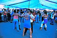Dança de forró na feira de São Cristovão, Rio de Janeiro. 2002. Foto de Ricardo Azoury.