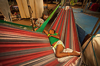"""O Governo do Estado do Pará e a Prefeitura Municipal de Belém estão em parceria para dar assistência aos 72 indígenas da etnia Warao, que migraram para a capital paraense vindos da Venezuela. Os indígenas estão sendo acolhidos no Estádio Olímpico do Pará, o Mangueirão, nas dependências do ProPaz, em salas amplas e arejadas que estão foram adaptadas para esse fim.<br /> <br /> A ação conjunta é coordenada pelas Secretarias de Estado de Trabalho, Emprego e Renda (Seaster), de Justiça e Direitos Humanos (Sejudh) e de Esporte e Lazer (Seel) e pela Fundação ProPaz e Prefeitura Municipal de Belém. Segundo a titular da Seaster, Ana Cunha, em agosto 15 indígenas solicitaram assistência ao governo e foram recebidos.<br /> <br /> Devido à recente crise econômica no país sul-americano e a falta de políticas públicas de saúde e de assistência social direcionadas aos povos indígenas venezuelanos, os índios da etnia Warao, provenientes da região do delta do Orinoco, iniciaram fluxo migratório para o Brasil como uma alternativa viável de sobrevivência.<br /> <br /> Ana Cunha ressalta que a migração para o Brasil se iniciou em 2014, através dos estados de Roraima e do Amazonas, de onde partem da capital, Manaus (AM), para Belém. Segundo dados repassados pelo Consulado Venezuelano, 72 indígenas estão em Belém, incluindo os acolhidos em unidades institucionais do Estado, dos quais muitos são crianças.<br /> <br /> O deslocamento para a capital paraense, segundo o representante do grupo, o cacique Renool, foi motivado pelas dificuldades enfrentadas em Manaus, pela grande concentração de pessoas entre índios e não índios. Em território brasileiro, instalam-se em condições precárias ou inexistentes de moradia, sem apoio familiar e em situação de extrema pobreza e vulnerabilidade social.<br /> <br /> """"O governo está mobilizando esforços para destinar um espaço exclusivo para implantação do serviço de assistência social que propicie espaço estrutural com alimentação adequada, água"""