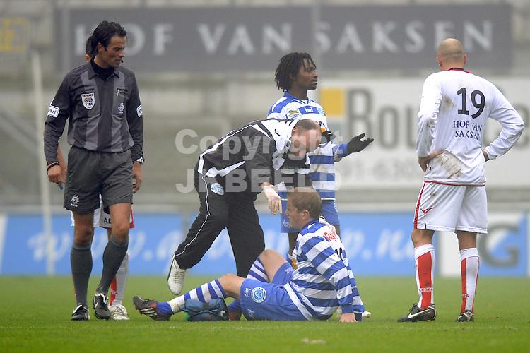 voetbal  fc emmen - de graafschap seizoen 2009-2010 08-11-2009 sjoerd overgaar raakt geblesseerd