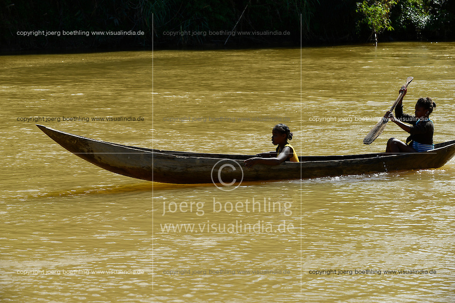 MADAGASCAR, region Manajary, town Vohilava, small scale gold mining, children panning for gold at river / MADAGASKAR Mananjary, Vohilava, kleingewerblicher Goldabbau, Kinder waschen Gold am Fluss ANDRANGARANGA, Maedchen SARA12 Jahre im Boot links
