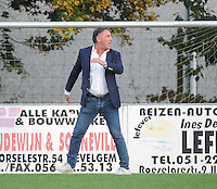 Sint Eloois Winkel Sport - FC Knokke :<br /> een razende trainer Yves Van Borm (Knokke) wordt van het veld verwezen, na protest omwille van betwistbare strafschop<br /> <br /> Foto VDB / Bart Vandenbroucke