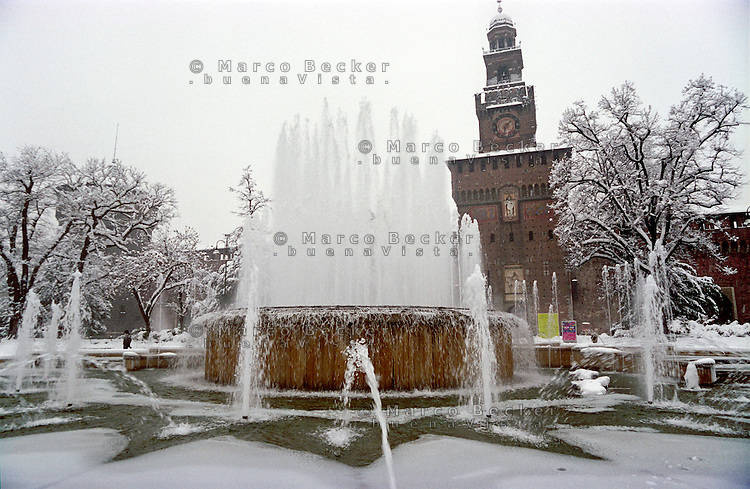 Gennaio 2009, nevicata su Milano. Ghiaccio nella fontana al Castello Sforzesco --- January 2009, snowfall in Milan. Ice in the fountain at the Sforza Castle