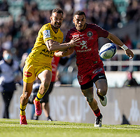 22nd May 2021; Twickenham, London, England; European Rugby Champions Cup Final, La Rochelle versus Toulouse; Cheslin Kolbe of Toulouse and Dillyn Leyds of La Rochelle chase a loose ball