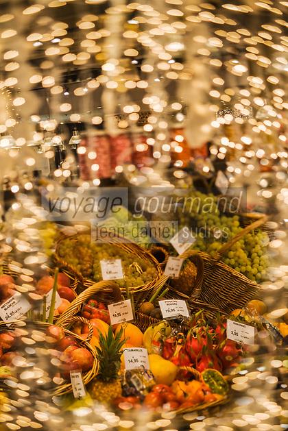 """Europe/France/Ile-de-France/75007/Paris: """"La Grande Epicerie de Paris"""" Le Bon Marché -détail des étals pour Noêl- Etalage des Fruits exotiques  // Europe / France / Ile-de-France / 75007 / Paris: """"La Grande Epicerie de Paris"""" Le Bon Marché -detail of stalls for Christmas- Exotic fruit display"""