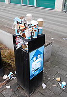 Nederland  Zaandam  24 Jan. 2021. Lockdown. Horeca is gesloten.  Coffee to go. Overvolle afvalbak.   Foto Berlinda van Dam / HH / ANP.