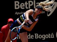 BOGOTÁ-COLOMBIA, 13-04-2019: Amanda Anisimova (USA), sirve a Beatriz Haddad (BRA), durante partido por la semifinal del Claro Colsanitas WTA, que se realiza en el Carmel Club en la ciudad de Bogotá. / Amanda Anisimova (USA), serves to Beatriz Haddad (BRA), during a match for the semifinal of the WTA Claro Colsanitas, which takes place at Carmel Club in Bogota city. / Photo: VizzorImage / Luis Ramírez / Staff.