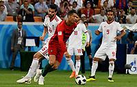 SARANSK - RUSIA, 25-06-2018: Saeid EZATOLAHI (Izq) jugador de RI de Irán disputa el balón con Cristiano RONALDO (C)  (Der) jugador de Portugal durante partido de la primera fase, Grupo B, por la Copa Mundial de la FIFA Rusia 2018 jugado en el estadio Mordovia Arena en Saransk, Rusia. / Saeid EZATOLAHI (L) player of IR Iran fights the ball with Cristiano RONALDO (C) (R) player of Portugal during match of the first phase, Group B, for the FIFA World Cup Russia 2018 played at Mordovia Arena stadium in Saransk, Russia. Photo: VizzorImage / Julian Medina / Cont