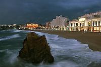 Europe/France/Aquitaine/64/Pyrénées-Atlantiques/Biarritz: le front de mer la nuit avec le Casino et l'Hotel du Palais