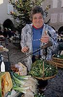 Europe/France/Auvergne/12/Aveyron/Villefranche-de-Rouergue: Mme Pourcel (agricultrice) vend des pissenlits sur le marché de la place Notre-Dame [Non destiné à un usage publicitaire - Not intended for an advertising use]<br /> PHOTO D'ARCHIVES // ARCHIVAL IMAGES<br /> FRANCE 1990