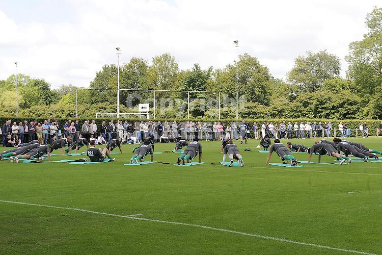 voetbal eerste training fc groningen seizoen 2009-2010 22-06-2009 veelo publiek kijkt naar de oefeningen.