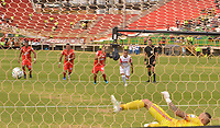 TUNJA - COLOMBIA, 16-02-2020:   Diego Valdes del Independiente Santa Fe (Fuera de la foto)durante partido entre Patriotas Boyacá y el Independiente Santa Fe por la fecha 5 de la Liga BetPlay I 2020 jugado en el estadio La Independencia de la ciudad de Tunja. / Diego Valdes player of Independiente Sant Fe  during match between Patriotas Boyaca and Independente Santa Fe for the date 5 as part of BetPlay League I 2020 played at La Independencia stadium in Tunja. Photo: VizzorImage / José Miguel Palencia / Cont /