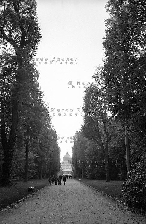 Potsdam, parco di Sanssouci. Viale verso il Neues Palais --- Potsdam, Sanssouci Park. Allée towards the New Palace