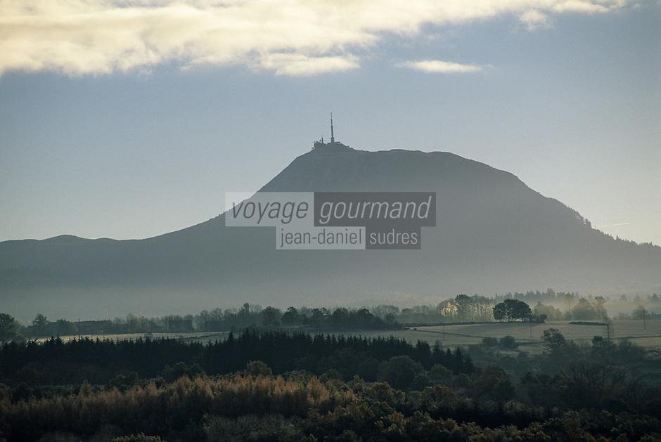 Europe/France/Auvergne/63/Puy-de-Dôme/Parc Régional des Volcans/Saint-Pierre le Chastel: Le Puy-de-Dôme vu au matin depuis le belvédère de Saint Pierre Le Chastel