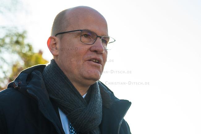 """Vertreter der Lausitzer Kohlereviere protestierten am Donnerstag den 14. November 2019 in Berlin vor dem Kanzleramt fuer eine bessere finanzielle Absicherung beim Ausstieg aus der Kohlefoerderung. Unter anderem forderten sie, dass eine Investitionspauschale fuer die Absicherung des kommunalen Eigenanteils festgeschrieben wird.<br /> Aufgerufen zu dem Protest hatte ein freiwilliges Buendnis der sogenannten """"Lausitzrunde"""".<br /> Im Bild: Ralph Brinkhaus, Fraktionsvorsitzender der CDU-Bundestagsfraktion.<br /> 14.11.2019, Berlin<br /> Copyright: Christian-Ditsch.de<br /> [Inhaltsveraendernde Manipulation des Fotos nur nach ausdruecklicher Genehmigung des Fotografen. Vereinbarungen ueber Abtretung von Persoenlichkeitsrechten/Model Release der abgebildeten Person/Personen liegen nicht vor. NO MODEL RELEASE! Nur fuer Redaktionelle Zwecke. Don't publish without copyright Christian-Ditsch.de, Veroeffentlichung nur mit Fotografennennung, sowie gegen Honorar, MwSt. und Beleg. Konto: I N G - D i B a, IBAN DE58500105175400192269, BIC INGDDEFFXXX, Kontakt: post@christian-ditsch.de<br /> Bei der Bearbeitung der Dateiinformationen darf die Urheberkennzeichnung in den EXIF- und  IPTC-Daten nicht entfernt werden, diese sind in digitalen Medien nach §95c UrhG rechtlich geschuetzt. Der Urhebervermerk wird gemaess §13 UrhG verlangt.]"""