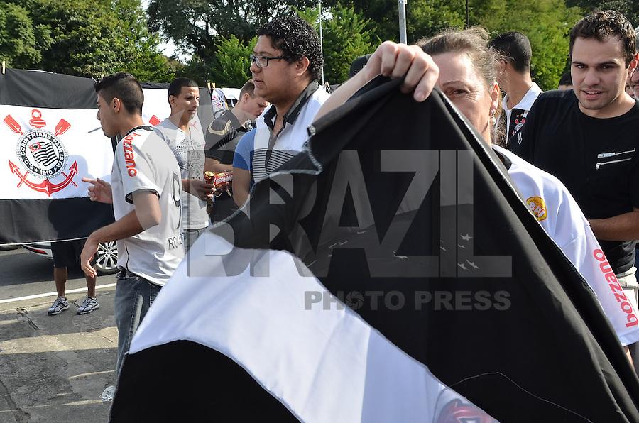 SAO PAULO, SP, 12 DE MAIO DE 2013 - MOVIMENTACAO TORCIDA CAMPEONATO PAULISTA - Torcedores do Corinthians são vistos na Avenida Dr Arnaldo, a caminho do Estadio do Pacaembu, região oeste da capital, na tarde deste Domingo, 12.  (FOTO: ALEXANDRE MOREIRA / BRAZIL PHOTO PRESS)