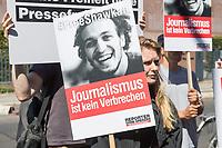 """Reporter ohne Grenzen (ROG) protestierte am Montag den 30. Juli 2018 weltweit fuer die Freilassung des seit fast fuenf Jahren inhaftierten aegyptischen Fotojournalisten Mahmud Abu Seid - """"Shawkan"""".<br /> Shawkan arbeitete als freier Fotograf unter anderem fuer die Agenturen Demotix und Corbis sowie fuer das deutsche Magazin Focus. Er wurde am 14. August 2013 in Kairo festgenommen, als er ueber die gewaltsame Aufloesung der Protestcamps von Anhaengern des gestuerzten Praesidenten Mohammed Mursi berichtete. In der Haft ist Shawkan schwer an Hepatitis C erkrankt.<br /> In Berlin uebergab der Geschaeftsfuehrer von ROG-Deutschland, Christian Mihr, Unterschriften aus einer Protestmail-Aktion an die aegyptischen Botschaft.<br /> 30.7.2018, Berlin<br /> Copyright: Christian-Ditsch.de<br /> [Inhaltsveraendernde Manipulation des Fotos nur nach ausdruecklicher Genehmigung des Fotografen. Vereinbarungen ueber Abtretung von Persoenlichkeitsrechten/Model Release der abgebildeten Person/Personen liegen nicht vor. NO MODEL RELEASE! Nur fuer Redaktionelle Zwecke. Don't publish without copyright Christian-Ditsch.de, Veroeffentlichung nur mit Fotografennennung, sowie gegen Honorar, MwSt. und Beleg. Konto: I N G - D i B a, IBAN DE58500105175400192269, BIC INGDDEFFXXX, Kontakt: post@christian-ditsch.de<br /> Bei der Bearbeitung der Dateiinformationen darf die Urheberkennzeichnung in den EXIF- und  IPTC-Daten nicht entfernt werden, diese sind in digitalen Medien nach §95c UrhG rechtlich geschuetzt. Der Urhebervermerk wird gemaess §13 UrhG verlangt.]"""