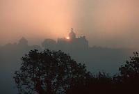 Europe/France/Limousin/19/Corrèze/Cavagnac: Soleil levant et brumes sur le village