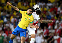 RIO DE JANEIRO – BRASIL, 7-07-2019: Aoas Correa de Brasil disputa el balón con Paolo Guerrero de Perú durante partido por la final de la Copa América Brasil 2019 entre Brasil y Perú jugado en el Maracá. /Aoas Correa  of Brazil vies for the ball with Paolo Guerrero  of Peru during the Copa America Brazil 2019  final match between Brasil and Peru played at Maracana stadium in Rio de Janeiro, Brazil. Photos: VizzorImage / Cristian Álvarez / Cont /