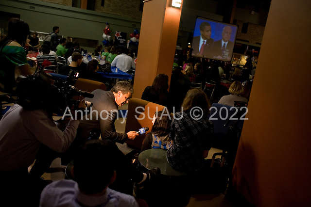 Hempstead, New York.October 15, 2008..At Hofstra University Senator John McCain (Republican Candidate) and Senator Barack Obama (Democratic Candidate) have their final of three debates as the university students and teachers watch in the student center near by...TV press talks to the students.....