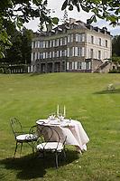 Europe/France/Bretagne/56/Morbihan/ Hennebont: Château de Locguénolé- Hôtel-Restaurant - Table dressée dans le parc  du Château