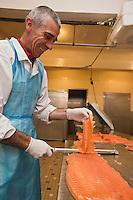 Europe/France/Aquitaine/64/Pyrénées-Atlantiques/Béarn/Pau: chez Jean-Marc Casteigt, fumeur de saumon, Maître Artisan Saurisseur - Découpe en tranche des filets de saumon fumé