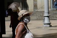 Campinas (SP), 25/03/2021 - Clima - Pedestres se protegem do sol na cidade de Campinas, nesta quinta-feira (25).