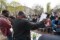 Fluechtlingscamp auf dem Oranienplatz in Berlin-Kreuzberg.<br />In langwierigen Verhandlungen haben Verantwortlich von Bezirk und Senat mit einem Teil der auf dem Lampedusa-Fluechttlinge, die seit ueber 1 1/2 Jahren auf dem Kreuzberger Oranienplatz campieren, eine Abmachung getroffen in der festgehalten ist, dass die Fluechtlinge in eine feste Unterkunft einziehen koennen und ihre Antraege auf Asyl wohlwollend geprueft werden. Das Verhandlungsergebnis wurde am Dienstag den 1. April 2014 auf einer improvisierten Pressekonferenz vom selbsternannten Wortfuehrer der Oranienplatz-Fluechtlinge vorgetragen. Zur Bekraeftigung zeigte er zu der Vereinbarung eine Liste mit Unterschriften von umzugswilligen Fluechtlingen. Fluechtlinge die schon vor einem Jahr in eine ebenfalls in Kreuzberg gelegene leerstehende Schule gezogen waren, sind laut eigener  von Bezirk, Senat und dem selbsternannten Sprecher nicht in die Verhandlungen mit einbezogen worden. Dennoch behauptete der selbsternannte Fluechtlingssprecher, sie seien mit der Vereinbarung einverstanden. Auf der Pressekonferenz brach daraufhin ein lautstarker Streit unter den Fluechtlingen aus. Die Fluechtlinge aus der Schule fuehlten sich zum wiederholten Mal vom selbsternannten Sprecher hintergangen.<br />Etwa 25-30 Fluechtlinge vom Oranienplatz begaben sich dann zu der angebotenen Unterkunft in dem benachbarten Stadtteil Friedrichshain.<br />Im Bild: Die Fluechtlinge praesentieren die Vereinbarung und die Unterschriftenlisten. Mit dunkler Jacke: der selbsternannte Sprecher der Fluechtlinge vom Oranienplatz.<br />1.4.2014, Berlin<br />Copyright: Christian-Ditsch.de<br />[Inhaltsveraendernde Manipulation des Fotos nur nach ausdruecklicher Genehmigung des Fotografen. Vereinbarungen ueber Abtretung von Persoenlichkeitsrechten/Model Release der abgebildeten Person/Personen liegen nicht vor. NO MODEL RELEASE! Don't publish without copyright Christian-Ditsch.de, Veroeffentlichung nur mit Fotografennennung, sowie gegen Honorar, MwSt