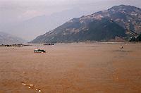 """Yangtze-Fluss in der Provinz Hubei / China<br /> Die chinesische Regierung plant in der Provinz Hubei den Yangtze-Fluss mit einem Staudamm zur Stromgewinnung aufzustauen. Dabei werden ca. 3 Millionen Menschen umgesiedelt.<br /> Hier: Der Yangtze-Fluss am Eingang zum """"Drei Schluchten-Nationalpark"""".<br /> 1992, Provinz Hubei / China<br /> Copyright: Christian-Ditsch.de<br /> [Inhaltsveraendernde Manipulation des Fotos nur nach ausdruecklicher Genehmigung des Fotografen. Vereinbarungen ueber Abtretung von Persoenlichkeitsrechten/Model Release der abgebildeten Person/Personen liegen nicht vor. NO MODEL RELEASE! Nur fuer Redaktionelle Zwecke. Don't publish without copyright Christian-Ditsch.de, Veroeffentlichung nur mit Fotografennennung, sowie gegen Honorar, MwSt. und Beleg. Konto: I N G - D i B a, IBAN DE58500105175400192269, BIC INGDDEFFXXX, Kontakt: post@christian-ditsch.de<br /> Urhebervermerk wird gemaess Paragraph 13 UHG verlangt.]"""