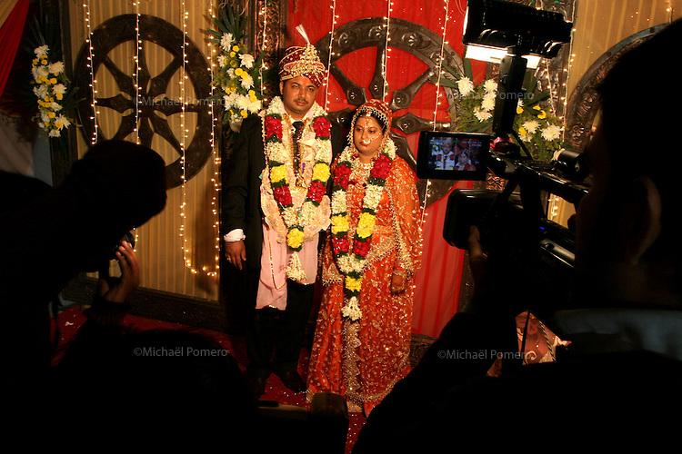 07.12.2008 Delhi(Haryana)<br /> <br /> Groom and bride being filmed during a wedding.<br /> <br /> Le marié et la mariée en train d'être filmés pendant un mariage.