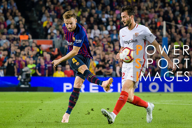 Ivan Rakitic of FC Barcelona (L) attempts a kick while being defended by Franco Vazquez of Sevilla FC (R) during the La Liga 2018-19 match between FC Barcelona and Sevilla FC at Camp Nou Stadium on October 20 2018 in Barcelona, Spain. Photo by Vicens Gimenez / Power Sport Images