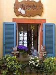 CHE, Schweiz, Tessin, Gandria: Fensterschmuck des Restaurants La Cipolla (Die Zwiebel) | CHE, Switzerland, Ticino, Gandria at Lago Lugano. window of restaurant La Cipolla (The Onion)