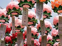 Aufhängen von Votivzetteln bei Buddha's Geburtstag im Beomosa Tempel bei Busan, Gyeongsangnam-do, Südkorea, Asien<br /> votive notes and decoration at Buddha's birthday, buddhist temple Beomosa near Busan,  province Gyeongsangnam-do, South Korea, Asia